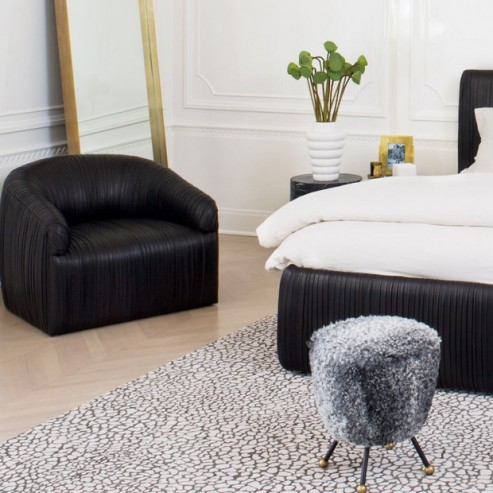 How to Decorate with Luxury Hide Rugs hottest accent chairs for stylish bedrooms Hottest Accent Chairs for Stylish Bedrooms Room Decor Ideas How to Decorate with Luxury Hide Rugs Luxury Rugs Luxury Interior Design Kelly Wearstler Bedroom Design 493x493